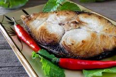Bifteck de maquereau de roi sur le fond en bois, poisson frit Photographie stock