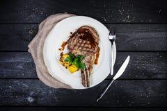 bifteck de Nervure-oeil avec du maïs sur le fond en bois Vue supérieure photo libre de droits
