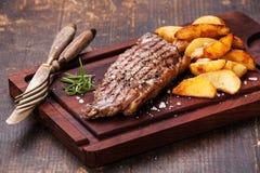 Bifteck de New York fait par bien Images stock