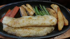 Bifteck de poissons de chariot avec le légume frit Photo stock