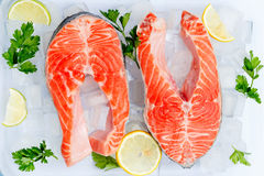 Bifteck de poissons rouge saumoné cru frais photographie stock libre de droits