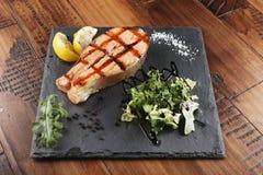Bifteck de poissons saumoné avec le citron Images libres de droits
