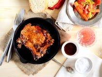 Bifteck de porc dans une poêle, légumes frits photos libres de droits