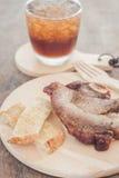 Bifteck de porc de plat en bois Photographie stock libre de droits