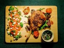 Bifteck de porc sur l'os en marinade de moutarde avec de la sauce du vinaigre noir photographie stock libre de droits