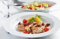 Bifteck de poulet avec de la salade Photographie stock
