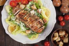 Bifteck de poulet avec de la salade de César photographie stock libre de droits