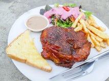 Bifteck de poulet avec de la salade et la pomme de terre frite Photos libres de droits
