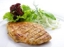 Bifteck de poulet avec des verts D'un plat blanc image stock