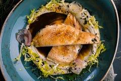 Bifteck de poulet avec de la purée de pommes de terre et le sel photo libre de droits