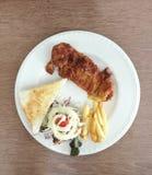 Bifteck de poulet avec le Tableau de Fried And Salad On Wooden de Français images libres de droits