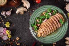 Bifteck de poulet rôti et salade, photographie de nourriture Fond noir Vue supérieure images stock