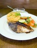Bifteck de thon de truite saumonnée avec du riz de légumes photos libres de droits