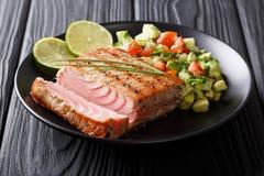Bifteck de thon grillé avec la fin de Salsa de concombre de poivre et d'avocat Image stock