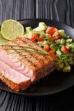 Bifteck de thon grillé fraîchement cuit avec du Cl de Salsa de concombre d'avocat Image stock
