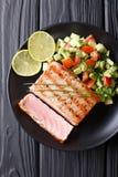 Bifteck de thon mexicain avec le plan rapproché de Salsa de concombre d'avocat vertical Images stock