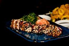 Bifteck de thon nouvellement préparé avec les graines rôties d'esame photographie stock libre de droits