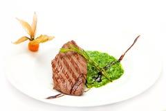 Bifteck de veau avec de la sauce à épinards Photo libre de droits
