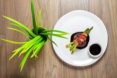Bifteck de veau avec de la sauce et l'asperge Images stock