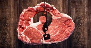 Bifteck de viande avec le point d'interrogation sur le conseil en bois illustration stock