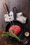 Bifteck de viande crue, assaisonnements et fourchette de viande Photographie stock libre de droits