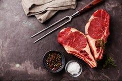 Bifteck de viande crue de forme de coeur Images stock