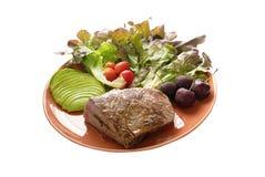 Bifteck de viande fait par bien de plat avec de la salade, l'avocat, la cerise et le t photo stock