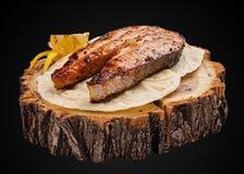 Bifteck des saumons sur une tranche en bois photo libre de droits
