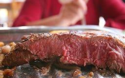 Bifteck entre saignant et à point images stock