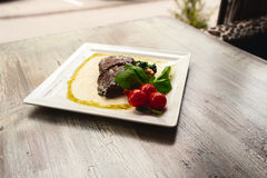 Bifteck et champignons de boeuf grillés avec des tomates sur la table en bois Photo libre de droits