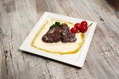 Bifteck et champignons de boeuf juteux avec les tomates et la moutarde Photos stock