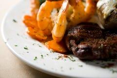 Bifteck et crevettes Photos libres de droits
