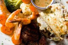 Bifteck et crevettes photographie stock libre de droits