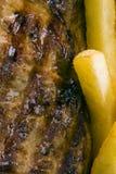 Bifteck et pommes chips de boeuf Images libres de droits