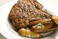Bifteck et pommes de terre juteux Images libres de droits