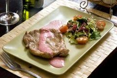 Bifteck et salade Photographie stock
