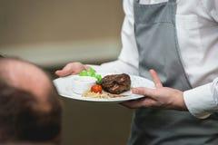 Bifteck et sauce de boeuf grillés frais de rôti de BBQ d'un plat blanc avec la feuille verte de la salade sauce à soupe petit ver image libre de droits