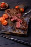 Bifteck et tomates de boeuf coupés en tranches par plan rapproché Image stock