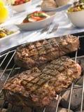 Bifteck faisant cuire sur un gril Photo stock