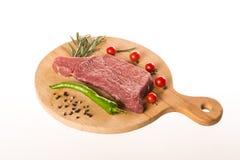 Bifteck frais avec les épices et le plan rapproché d'herbes photos libres de droits