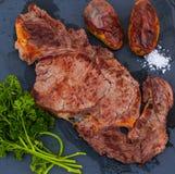 Bifteck frit d'un plat en pierre images stock