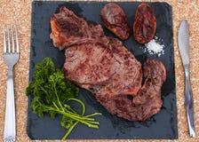 Bifteck frit d'un plat en pierre photographie stock