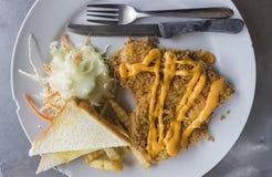 Bifteck frit par poulet avec le slad Image stock