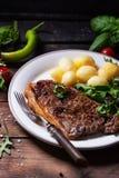 Bifteck grillé avec des pommes de terre Photo stock