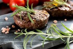 Bifteck grillé avec le romarin et les tomates Image libre de droits
