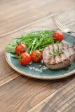 Bifteck grillé avec le rukkola Photographie stock