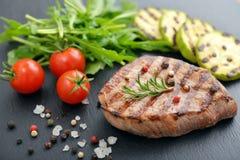 Bifteck grillé avec le rukkola Photo libre de droits