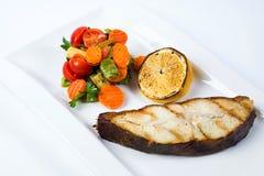 Bifteck grillé de barramundi avec le citron et les légumes photo stock