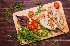 Bifteck grillé de dinde sur une planche à découper Images stock