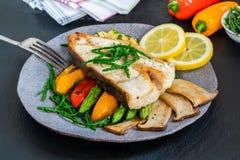 Bifteck grillé de flétan avec des légumes image stock